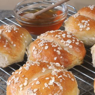 HONEY-OATMEAL DINNER ROLLS