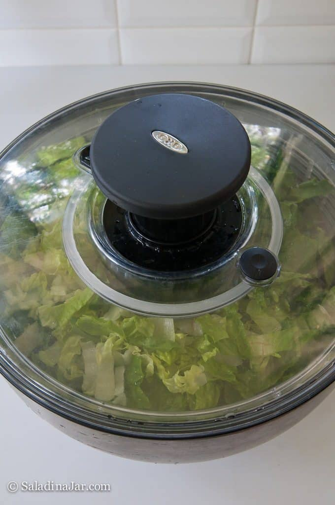 Vacuum-pack Lettuce to Prolong Freshness --lid on filled spinner